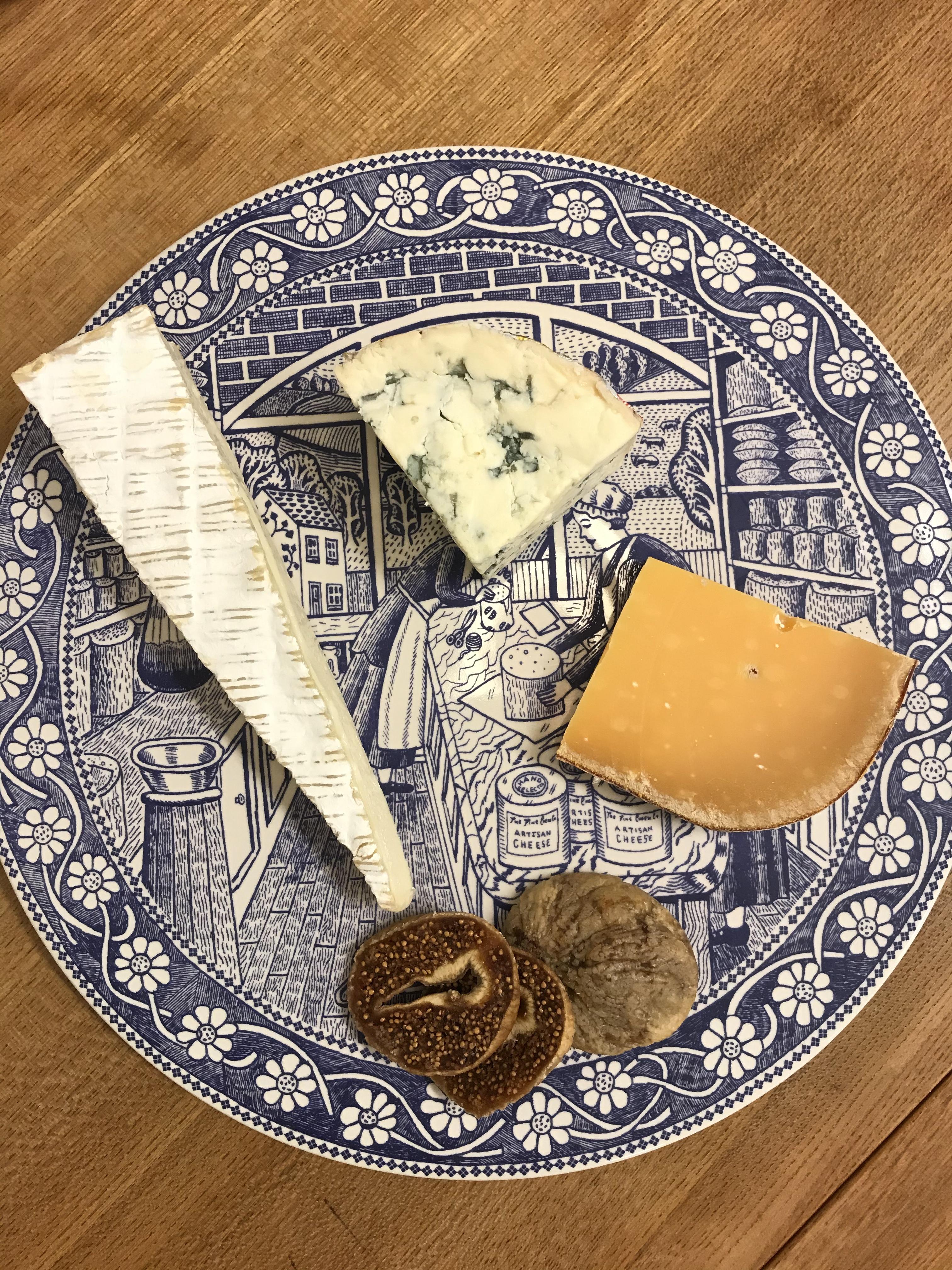 赤ワイン向けのチーズ3種とドライイチヂクのセット