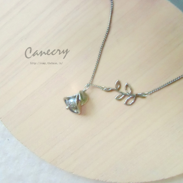 釣鐘と小枝のネックレス