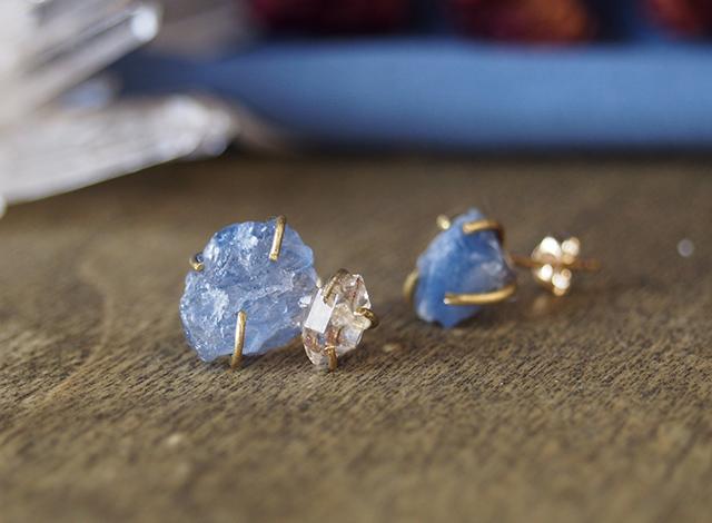 原石のサファイアとダイヤモンドクォーツのピアス