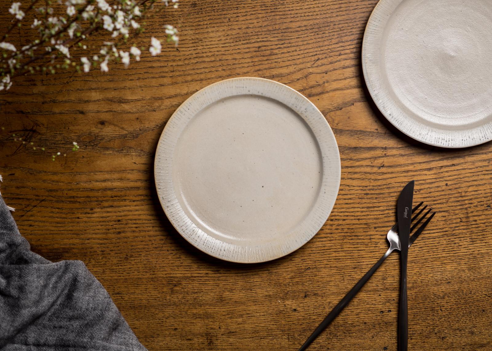 6寸 プレート白化粧にリム線刻(白)(リムプレート・中皿・19cm皿)/鈴木美佳子