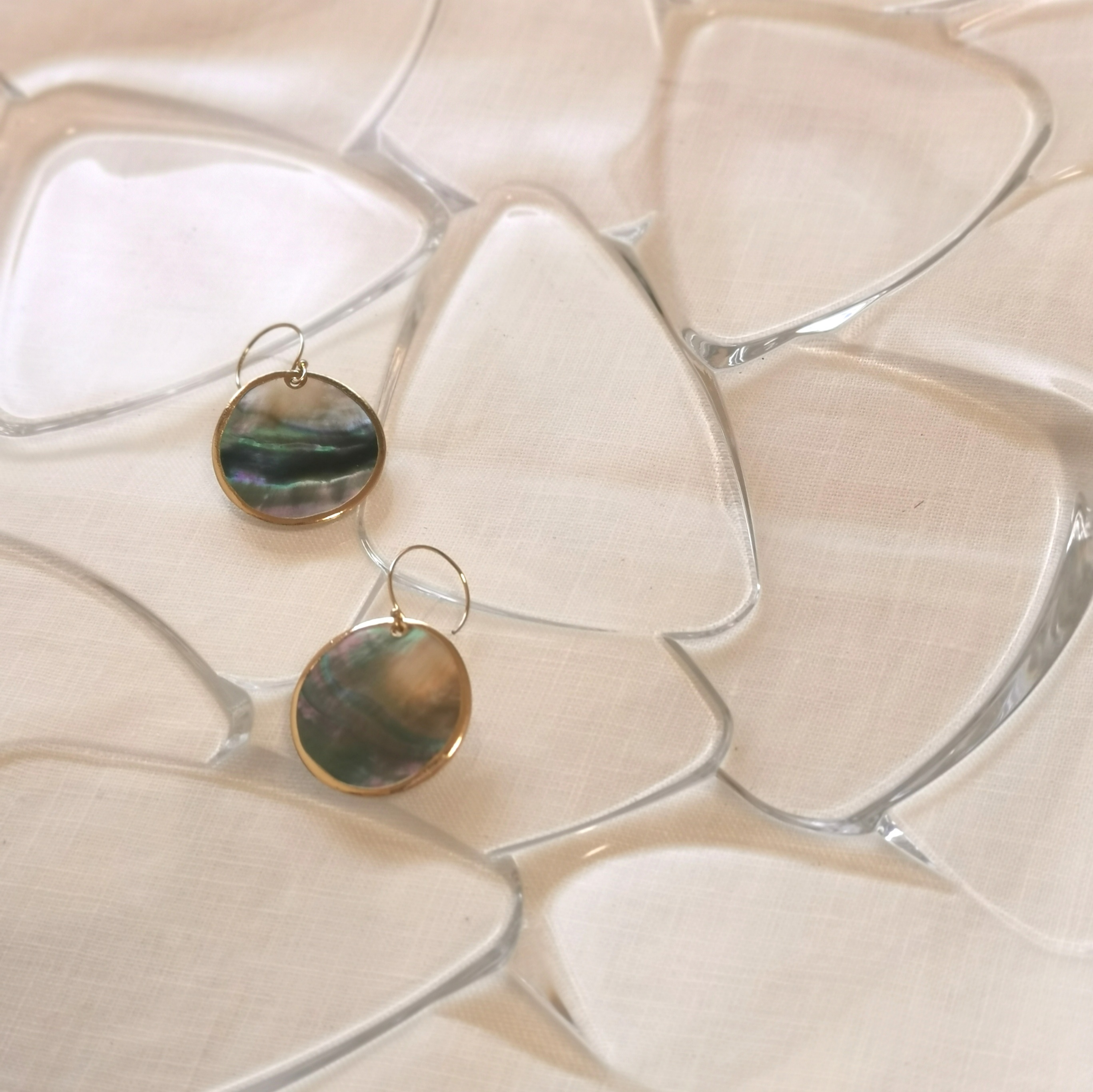 Round shell 14kgf earrings