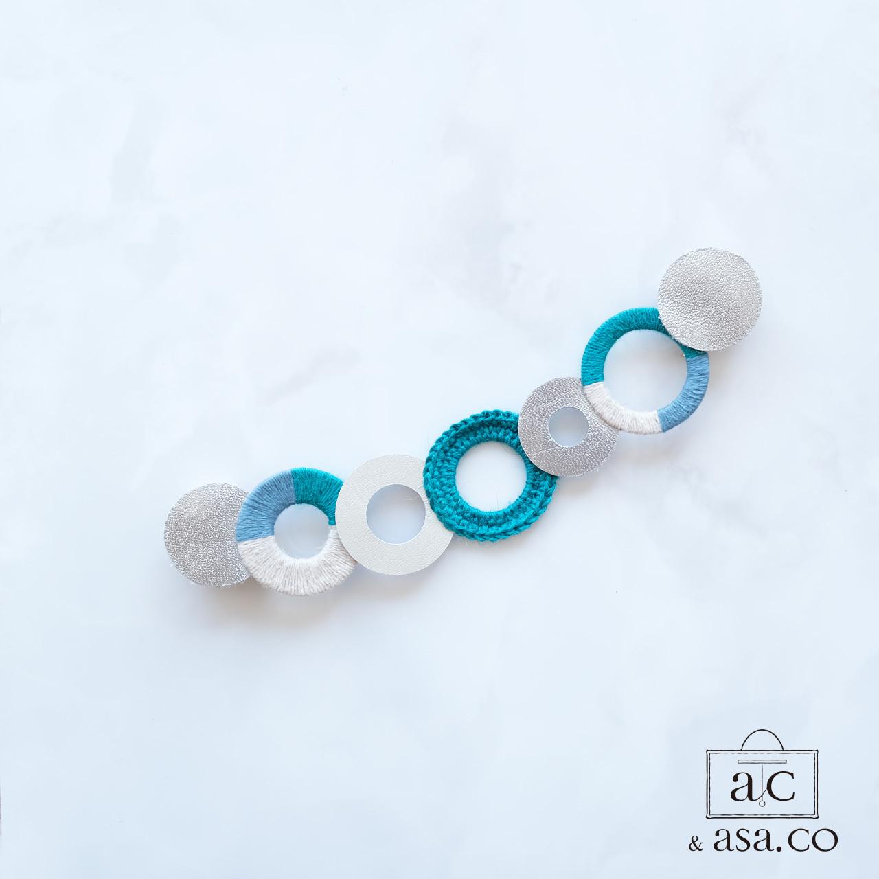 個性的な衿元に 麻のブローチ 〈 NeckCircle 〉Turquoise
