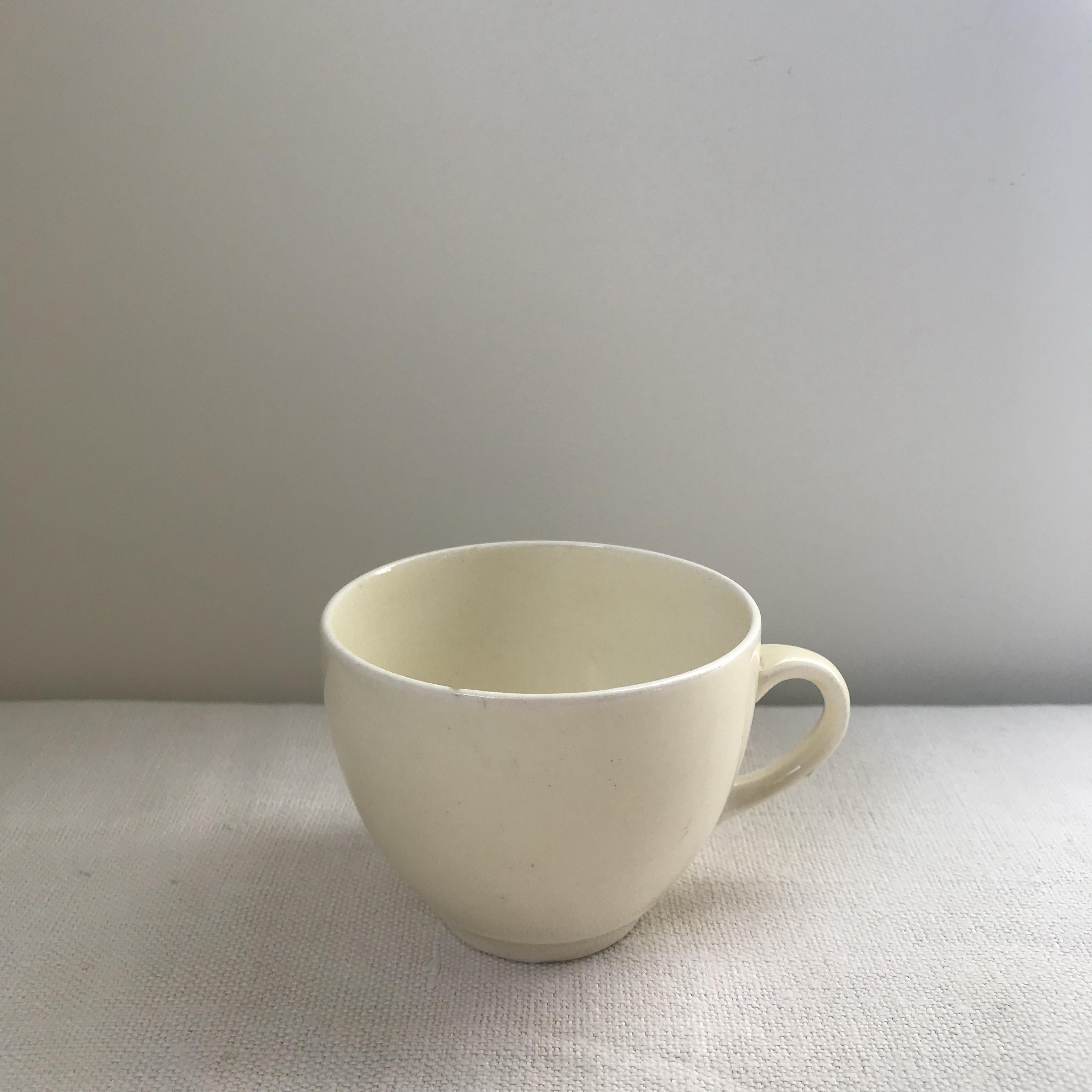白い小さなカップ