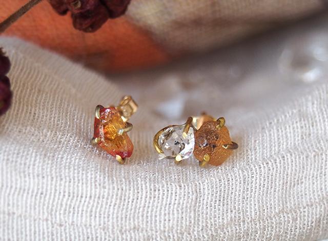 原石のオレンジサファイアとダイヤモンドクォーツのピアス