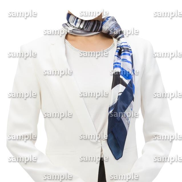 女性白スーツ青いスカーフ正面