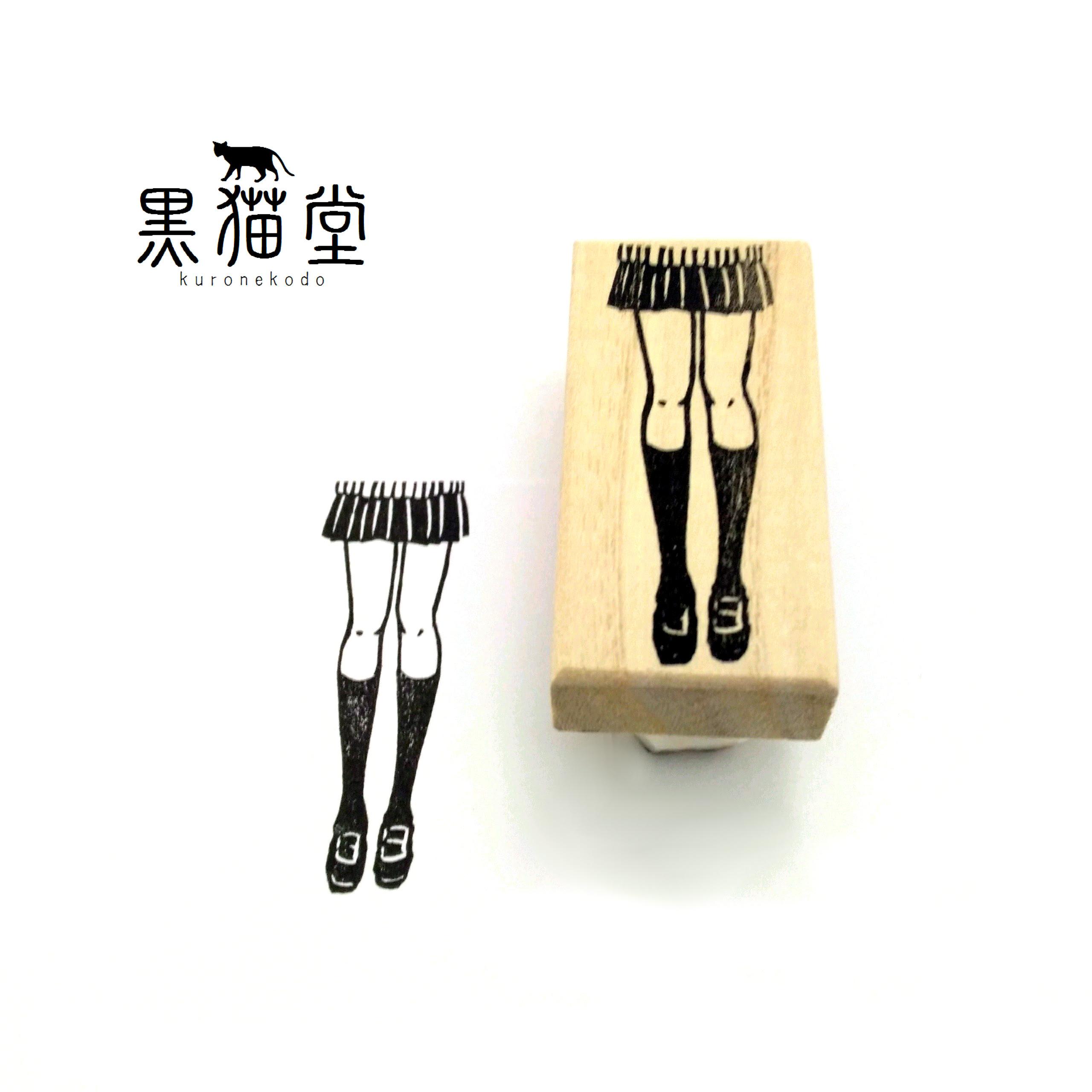 スリムな制服女子の脚