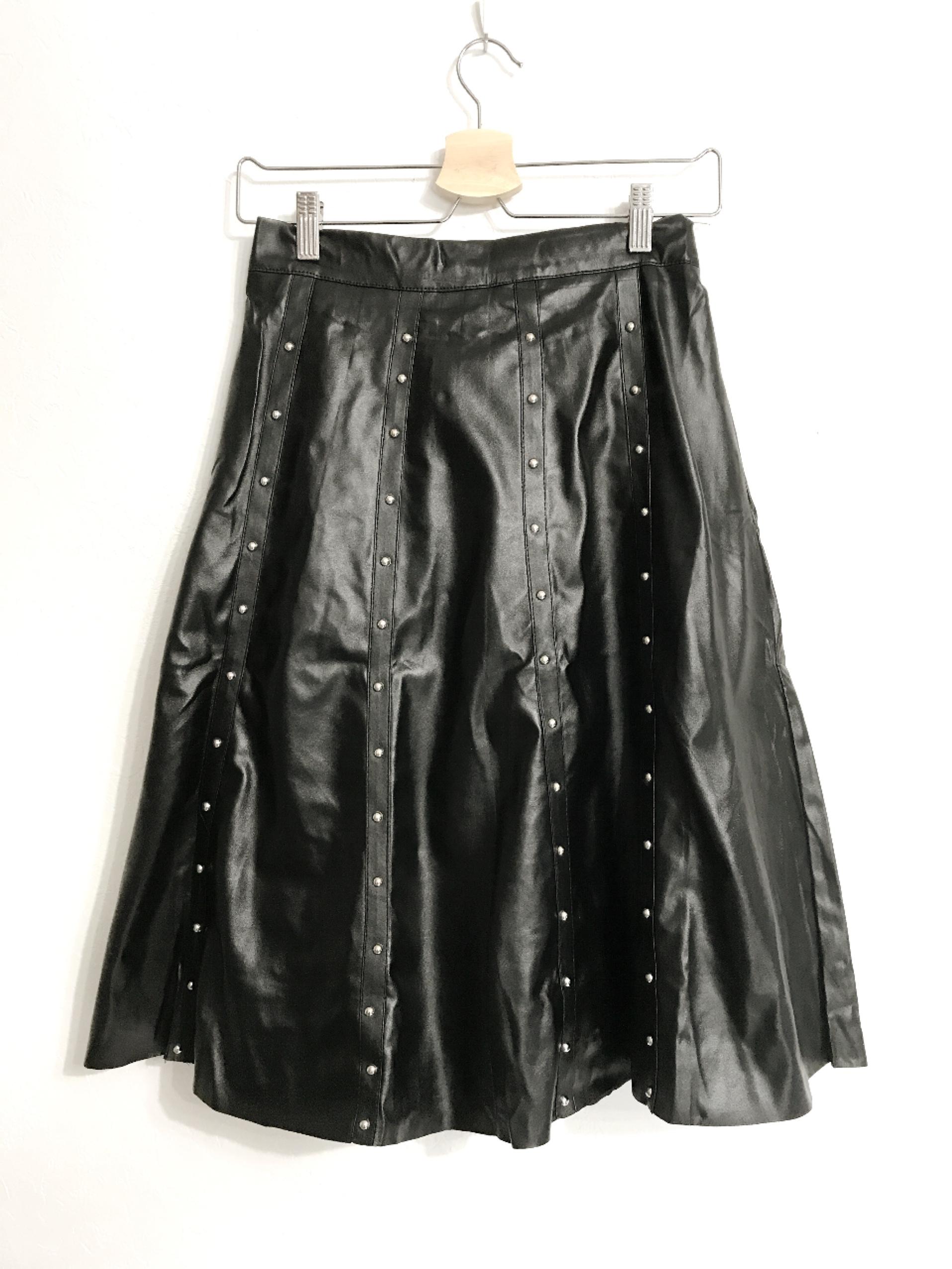 フェイクレザーのスタッズ付きスカート ブラック