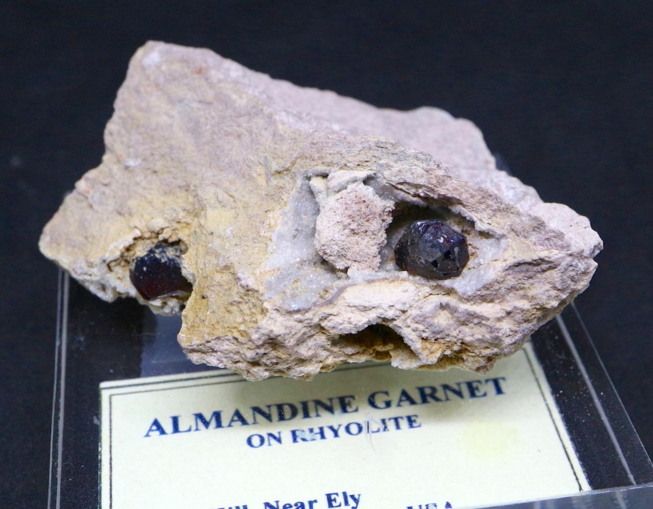 アルマンディン ガーネット 柘榴石 台付き 原石 GN033 鉱物 標本 原石 天然石