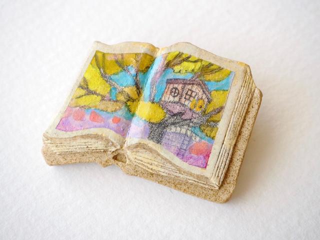 送料無料◆絵本みたいな陶土のブローチ《ツリーハウス》