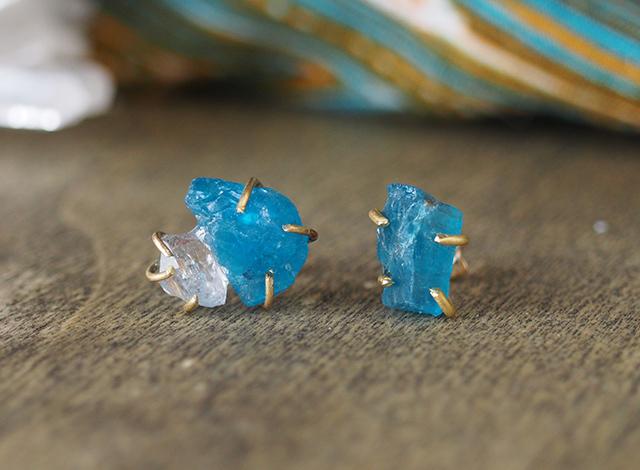 原石のアパタイトとダイヤモンドクォーツのピアス