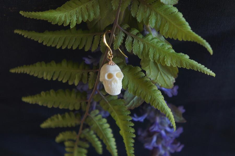 鹿角製小さい頭蓋骨「朝と夕べのメメント・モリ」ピアス【B】