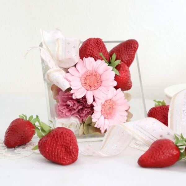 【プリザ】 花言葉は感謝!ピンクのガーベラに苺を添えて