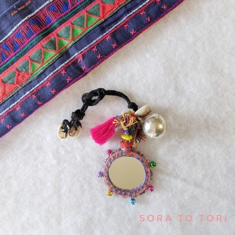チェンマイ ミラーワーク刺繍とまんまる飾りがついたカラフルチャーム