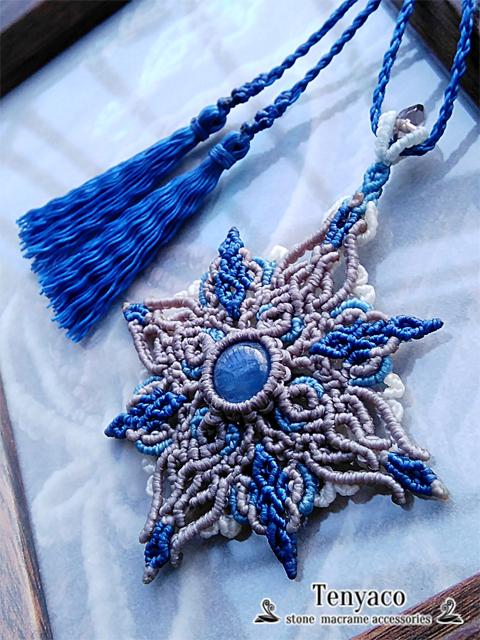 カイヤナイトの青銀星マクラメペンダント