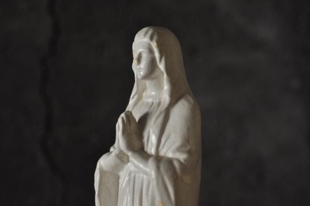白いマリア像