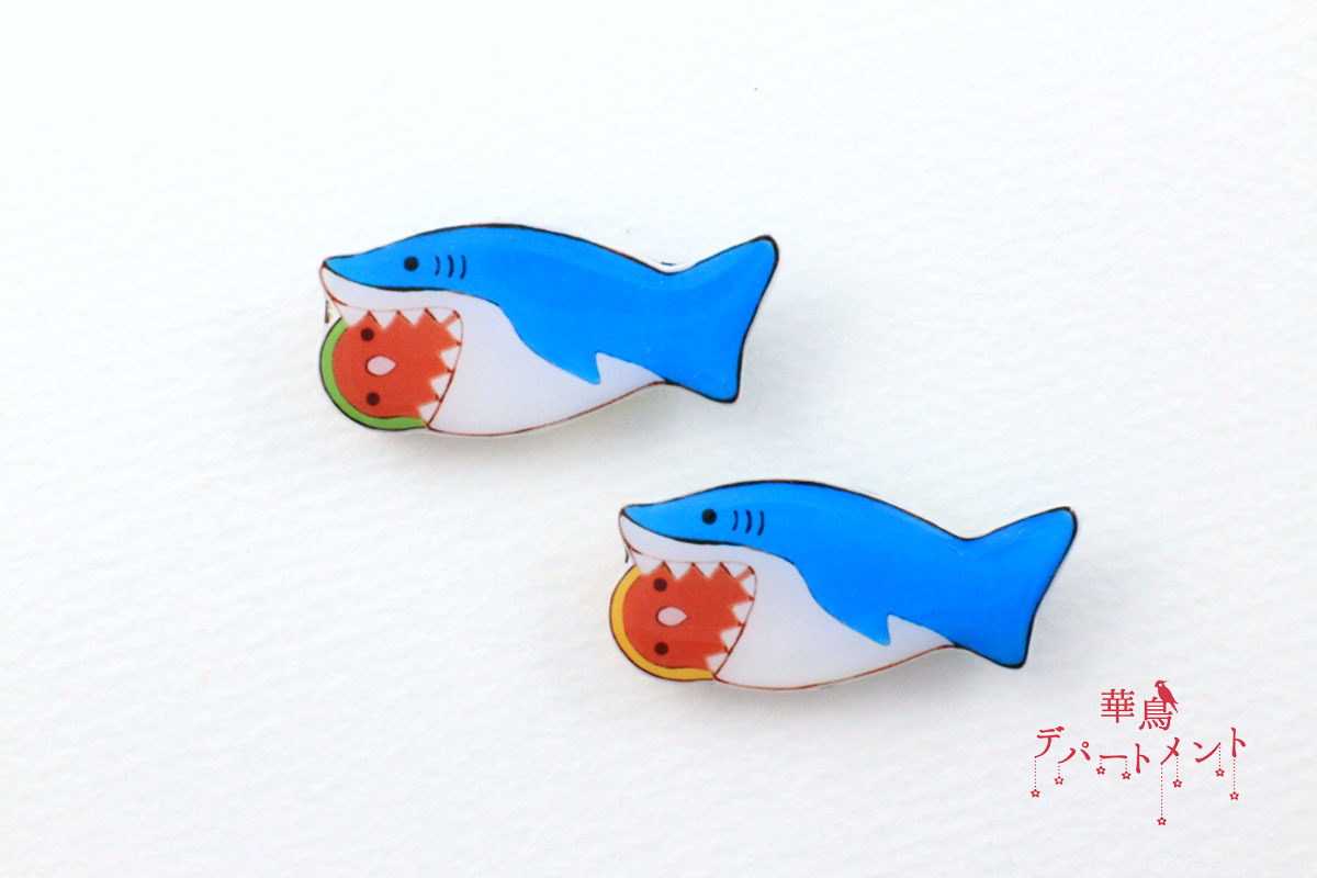 【サメに食べられてるブローチ】コザクラインコ