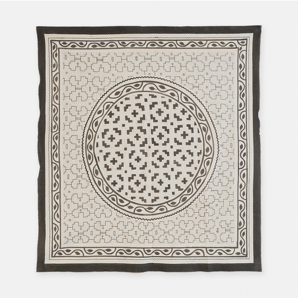 S020 SHIPIBO TEXTILES シピボ族の泥染めの布 白 1550×1390mm