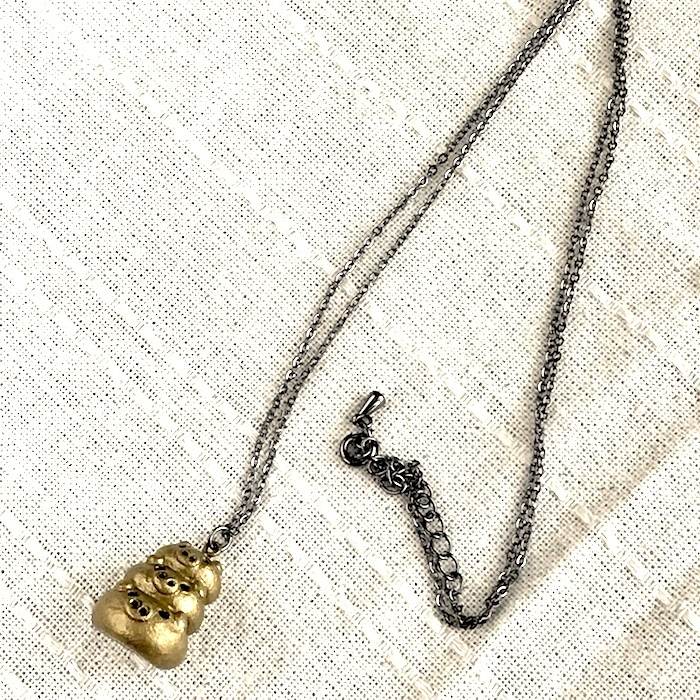 三段ぶたさんネックレス(ゴールド)〔メタル風軽量ネックレス〕