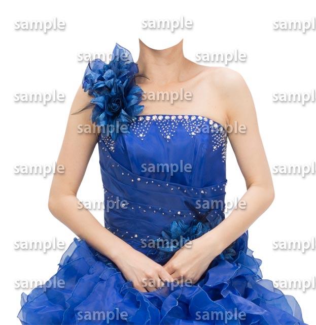 女性青いドレス正面