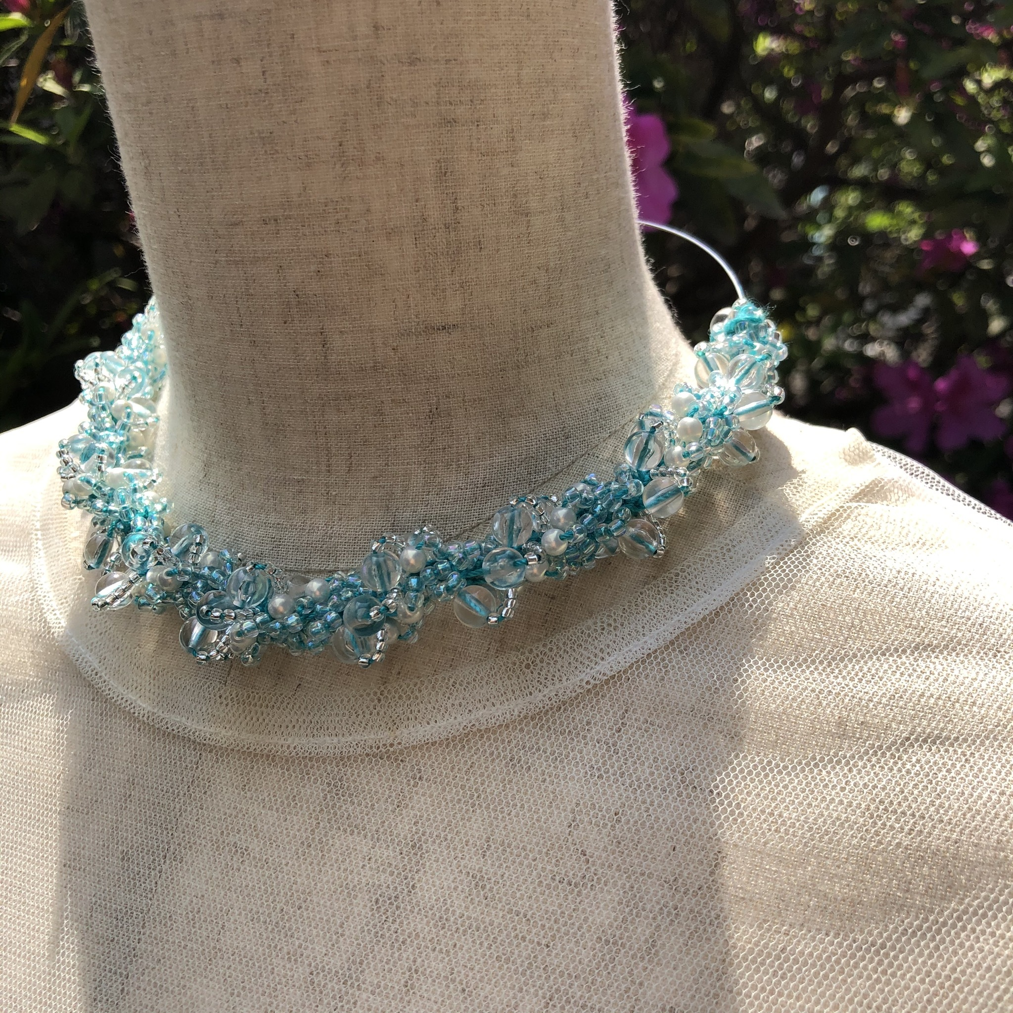 aK beads wire neckless 1