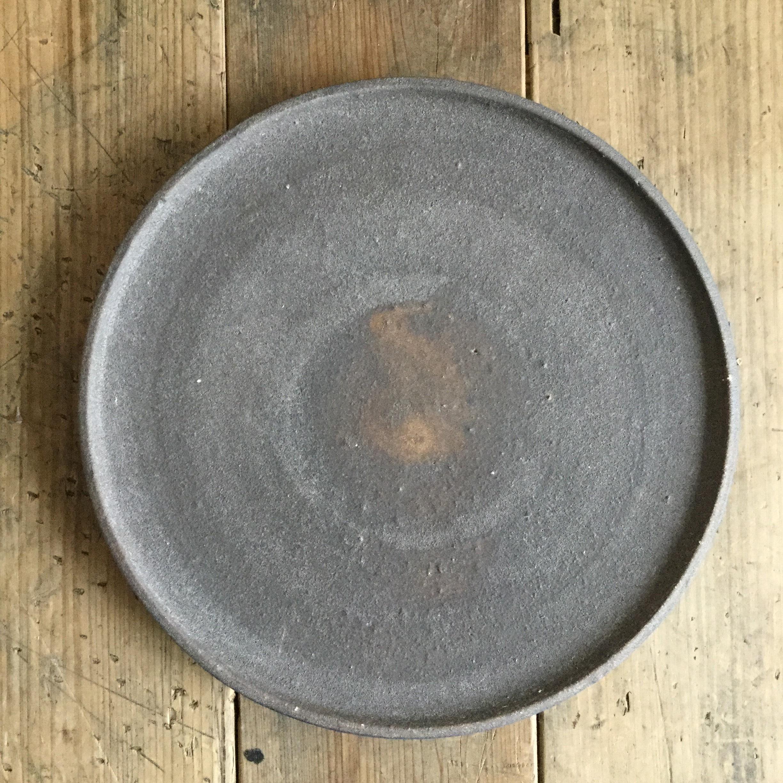【恵山・小林耶摩人】 8寸リム皿 黒釉 φ24.5cm - 画像1