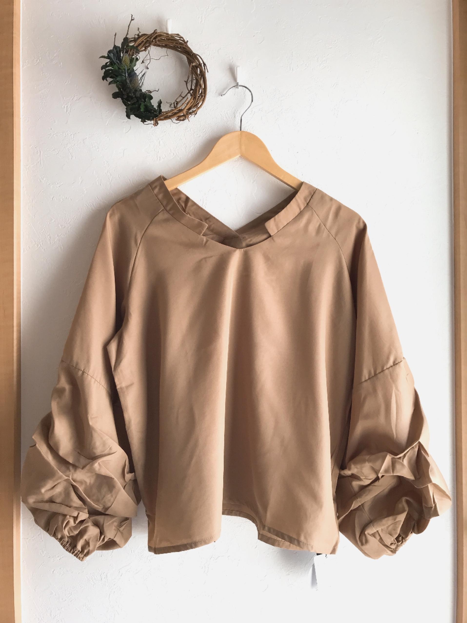ボリューム袖のスキッパーシャツ ベージュ