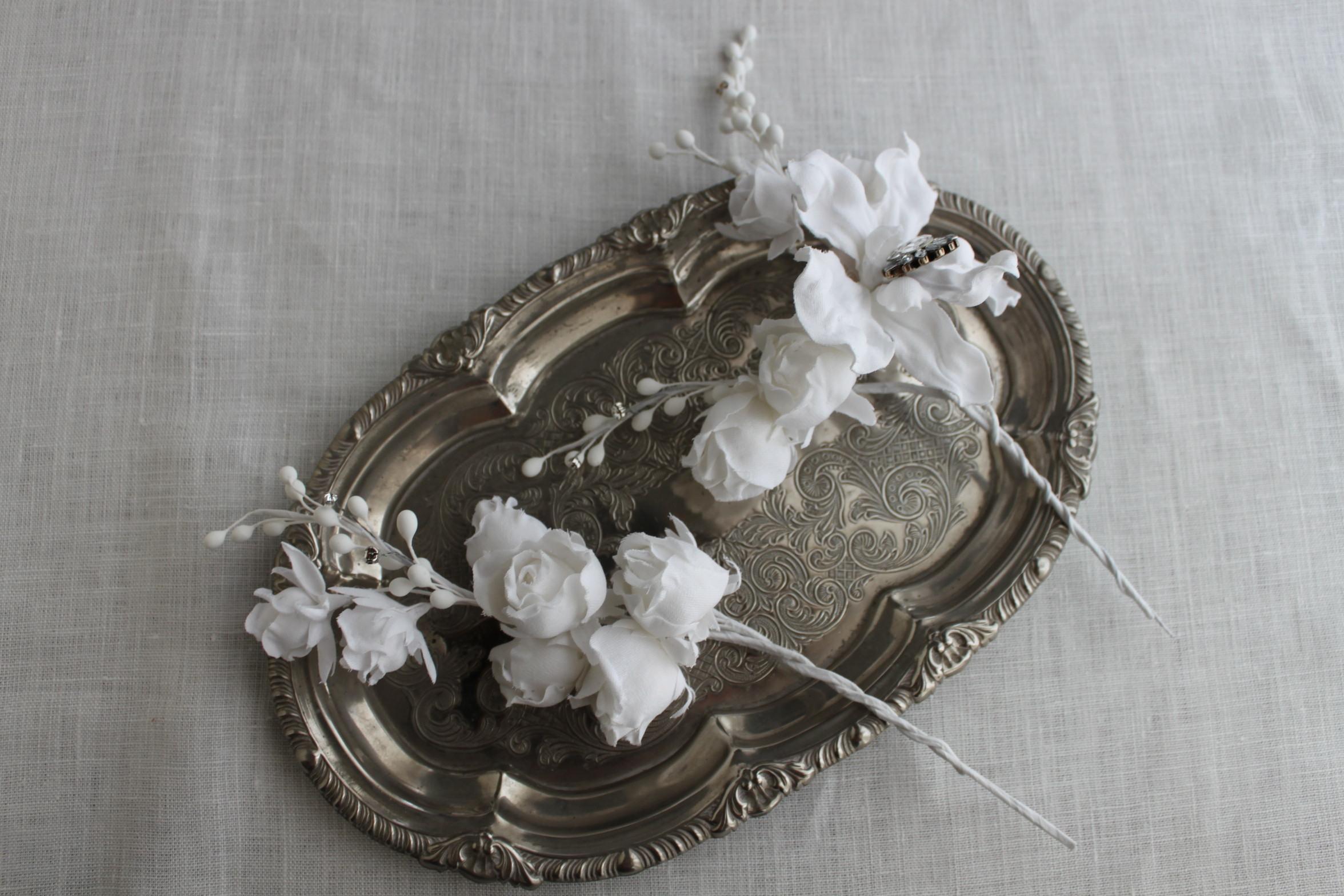 White flowerと蕾の髪飾り