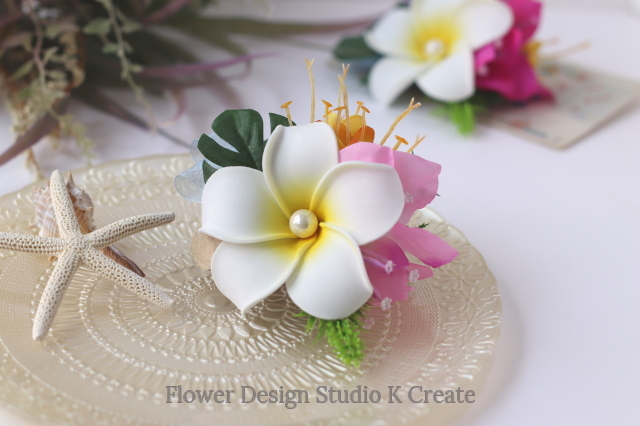 白いプルメリアとオレンジのお花のヘアクリップ 髪飾り トロピカル 造花 南国 フラ フラダンス