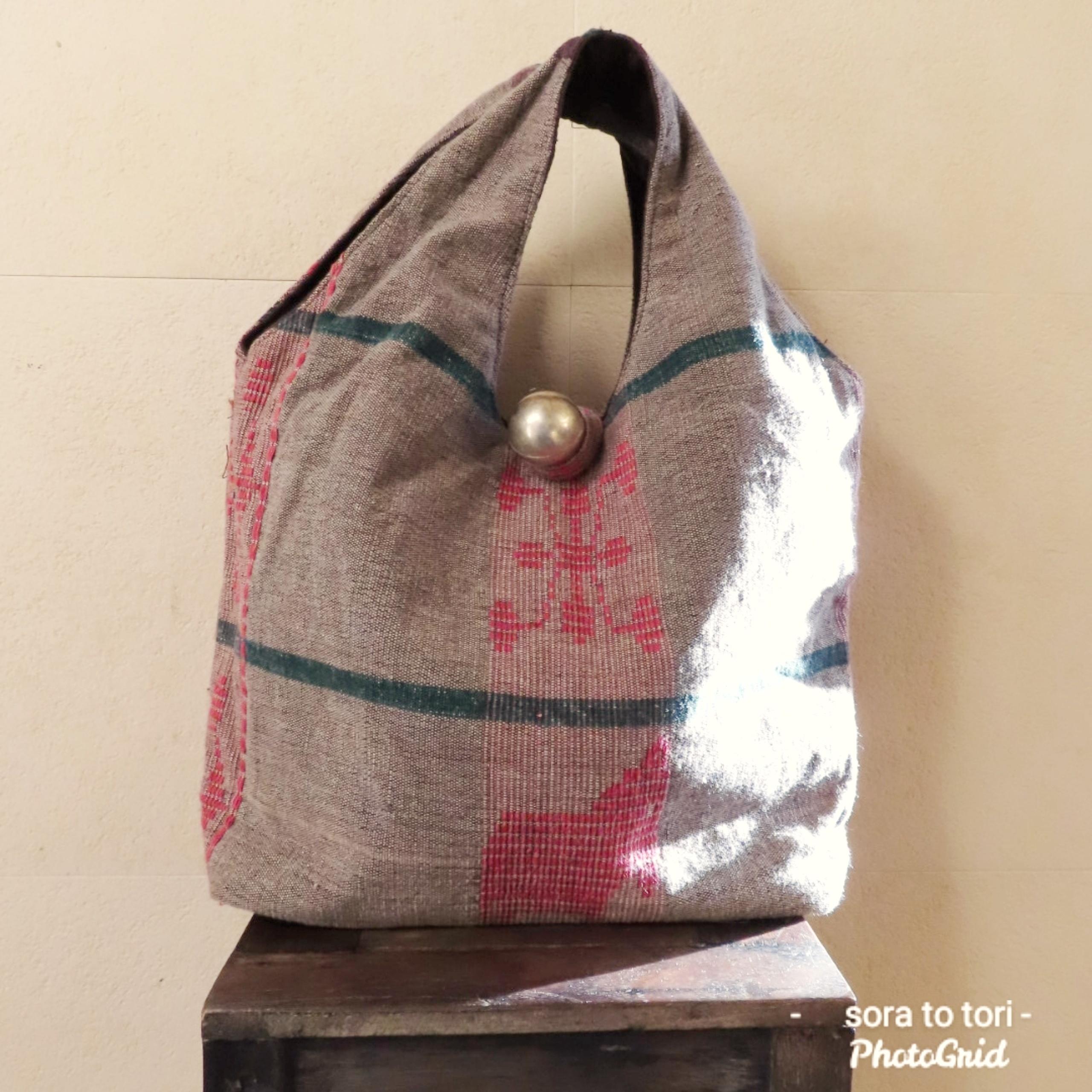 チェンマイ ナガ族刺繍の大きな○ボタンがついたバッグ ③