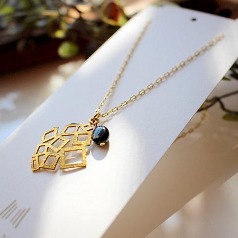 オニキスとスクエア形真鍮パーツのネックレス