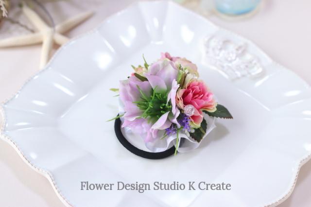 ピンクのニゲラと薔薇のヘアゴム お花 ヘアゴム 髪飾り 結婚式 参列 おでかけ 発表会
