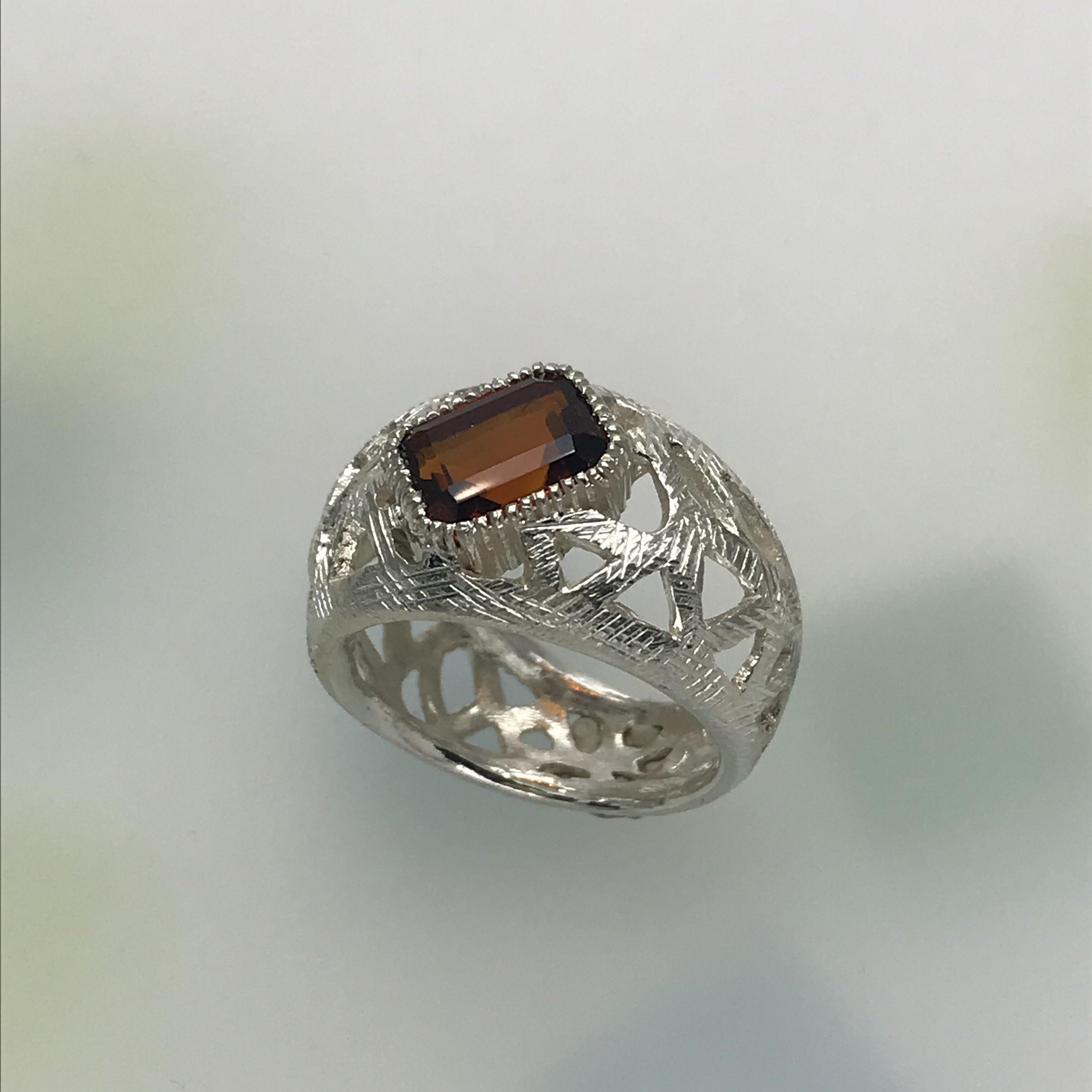 建物の鉄骨をイメージした指輪
