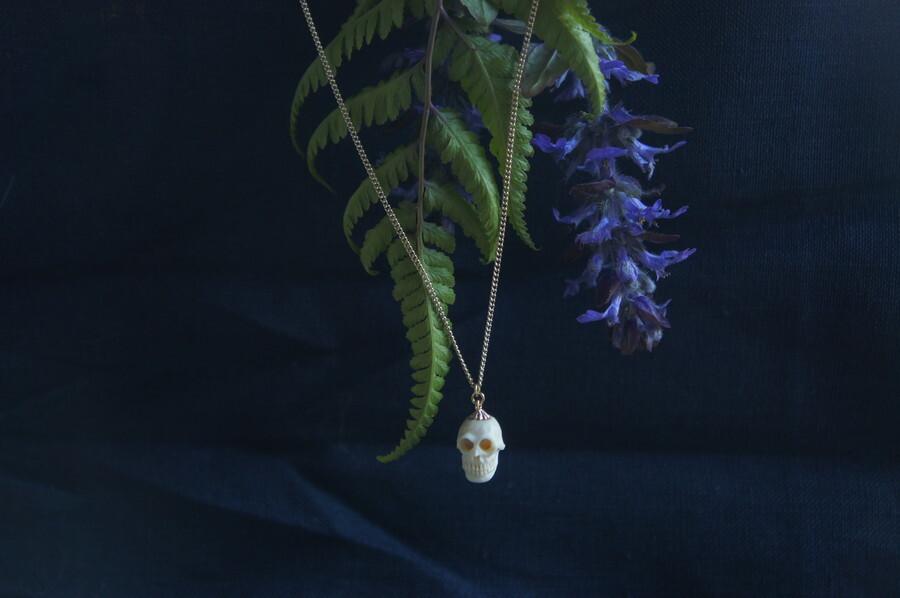 鹿角製小さい頭蓋骨「朝と夕べのメメント・モリ」ネックレス【E】