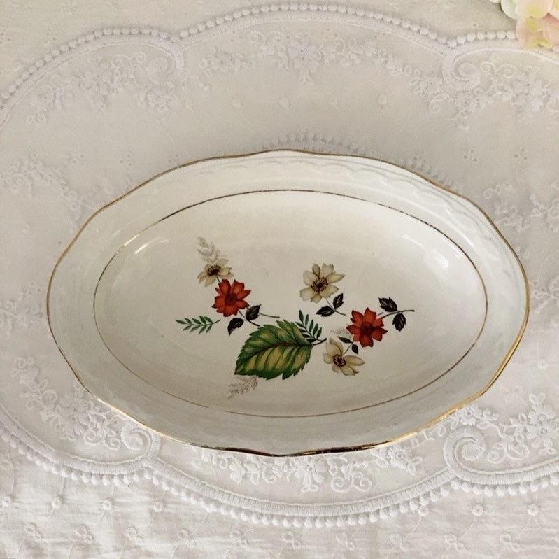 紅白のお花がとても落ち着いた印象の フランスアンティーク ラヴィエ