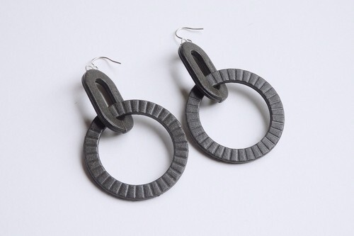 D-HOOP PIERCE / EARRING 【CHARCOAL】