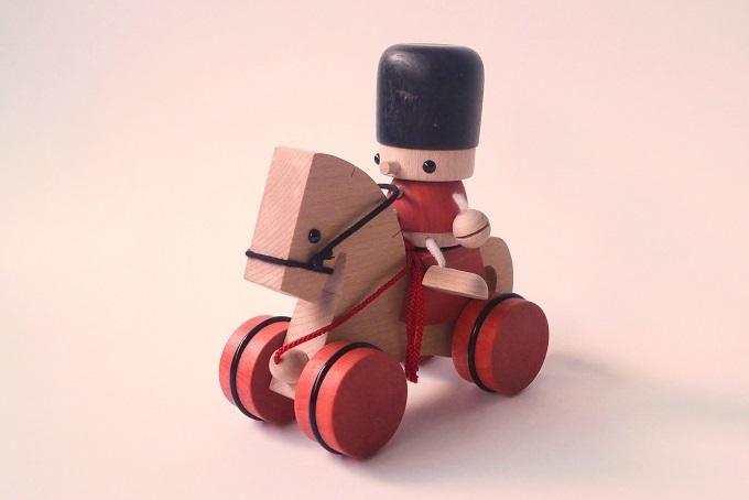 お馬に兵隊をのせてお散歩できる木のおもちゃ「トビー&ボコ」|おもちゃのこまーむ