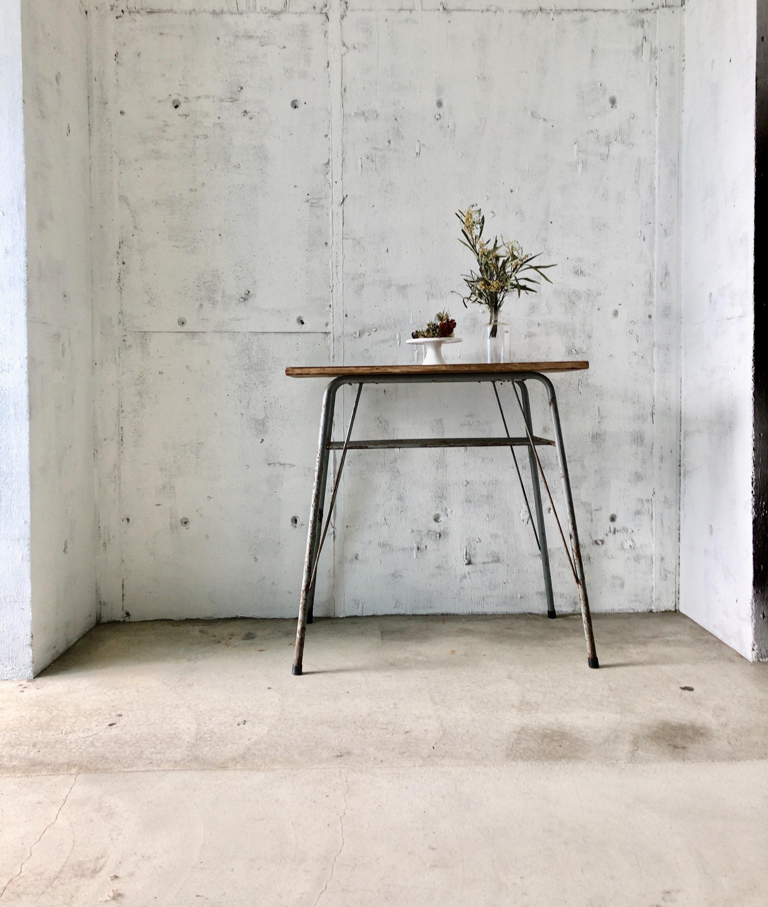 木味×グレーサビ脚のテーブル[古家具]