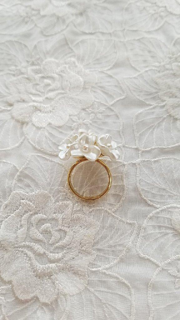 白い紫陽花のリング