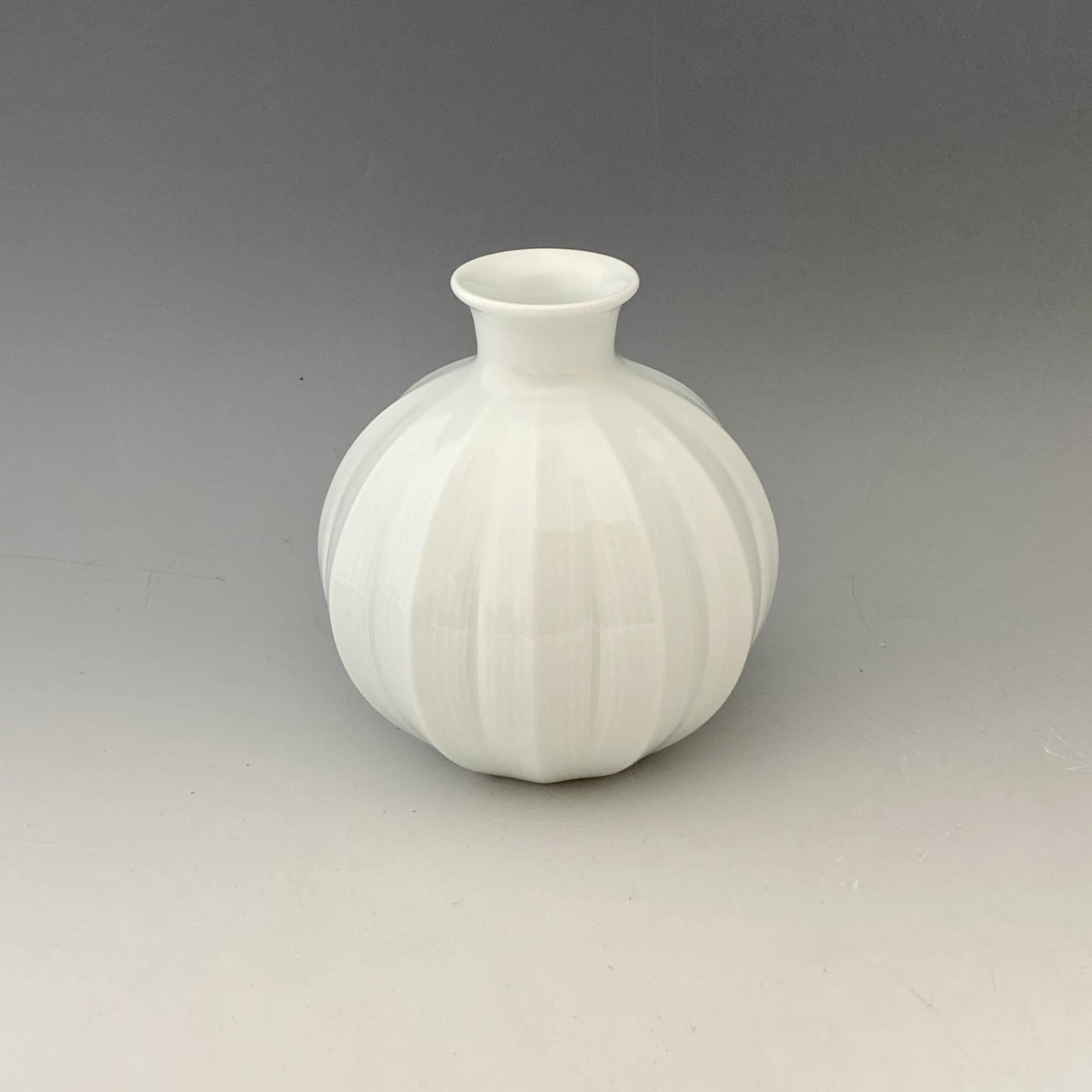 【中尾純】白磁面取線彫花器