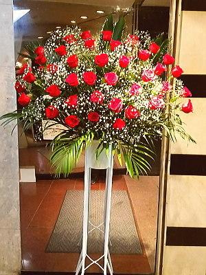 st035 スタンド花 赤バラとカスミソウ1段