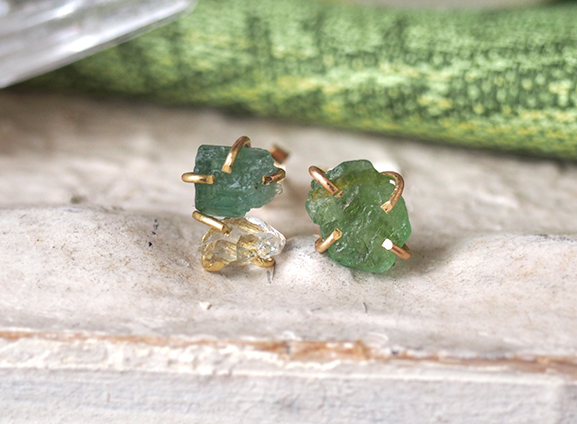 原石のグリーントルマリンとダイヤモンドクォーツのピアス