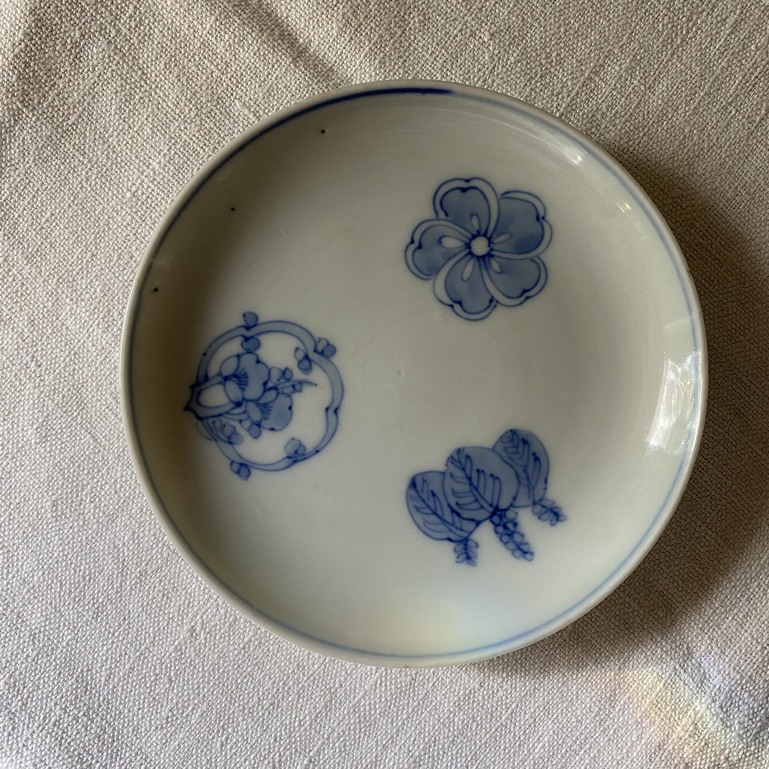 3種の植物が描かれたお皿
