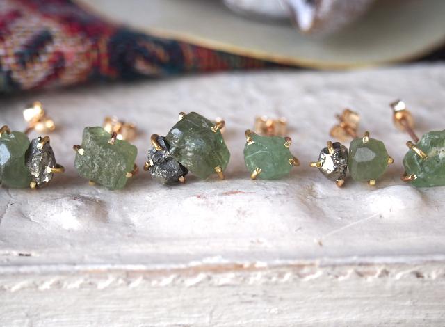 原石のグリーンガーネットとパイライトのピアス
