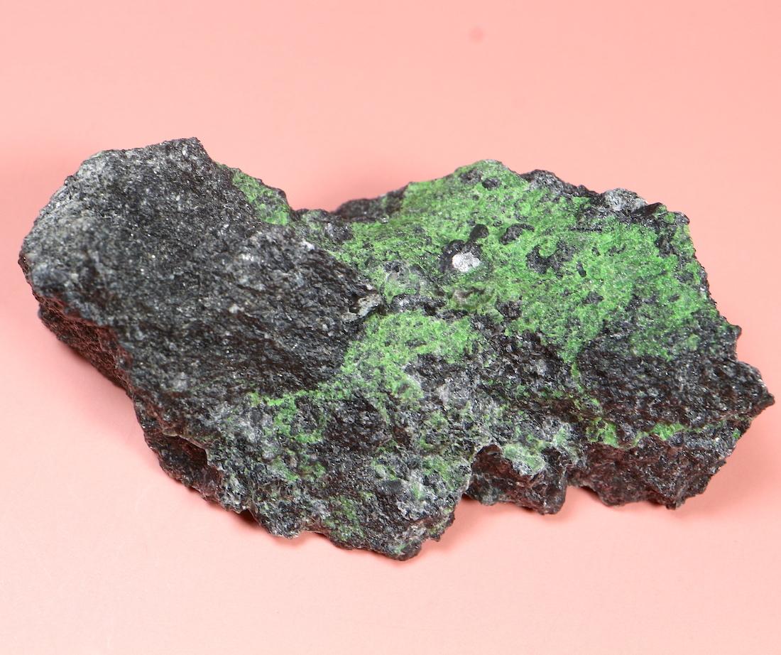 ウバロバイト クリノクロア クロマイト 灰クロム柘榴石 カリフォルニア産 34,2g UV017