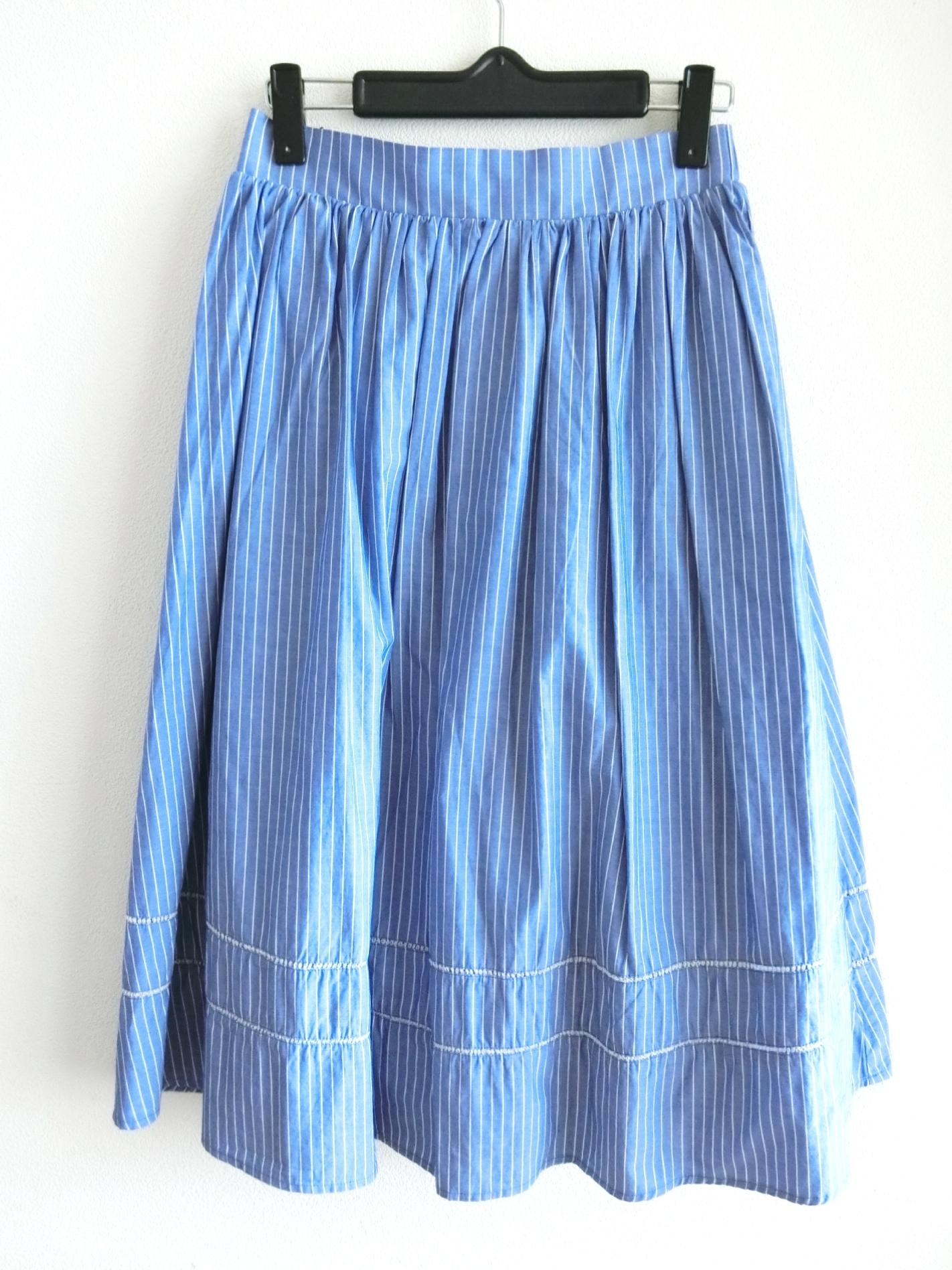 ストライプの涼しげミモレ丈スカート