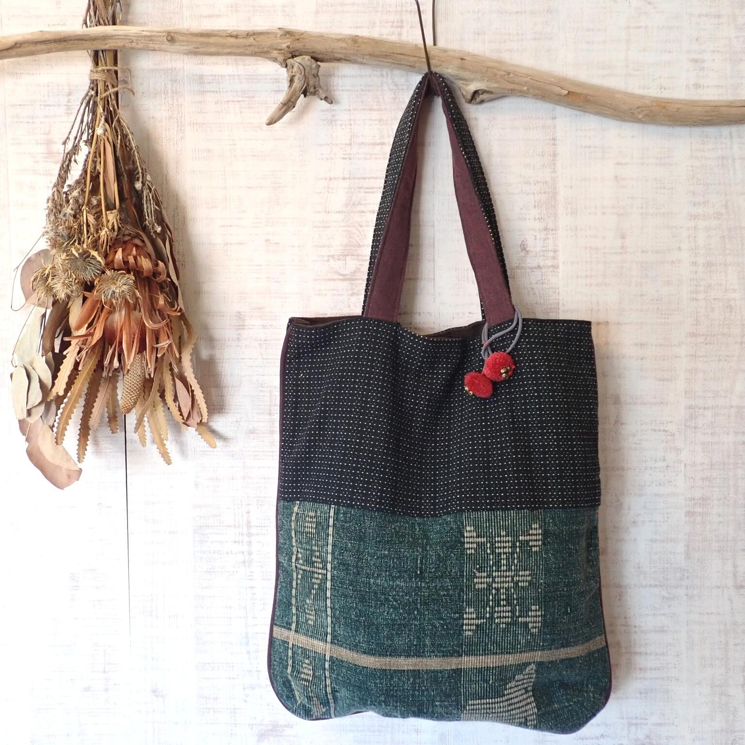 チェンマイ ナガ族刺繍のチャームつきB4サイズがはいるトートバッグ