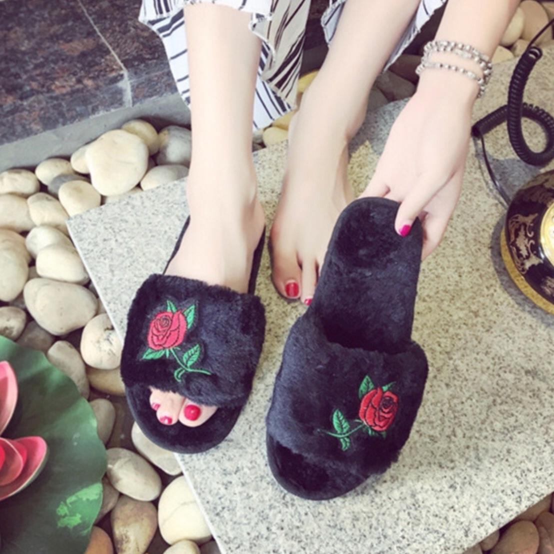 バラ刺繍ファーサンダル