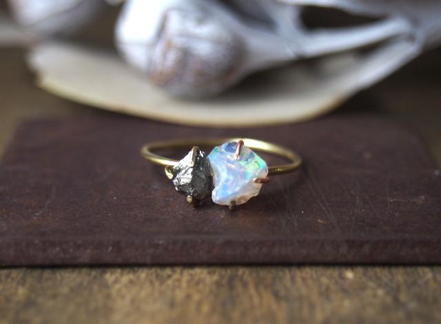 原石のオパールとパイライトのリング