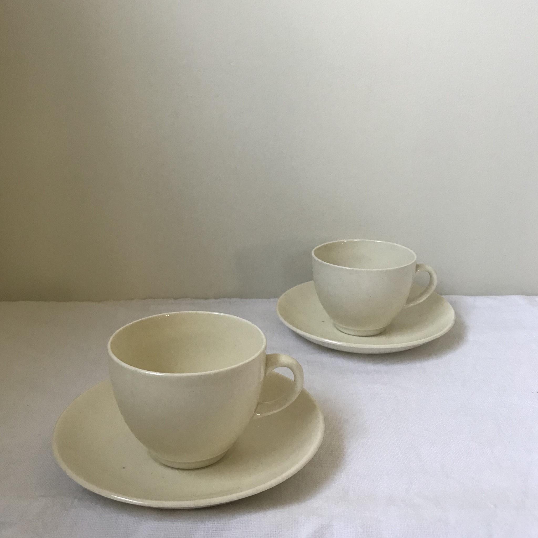 クリームホワイトのデミタスカップ