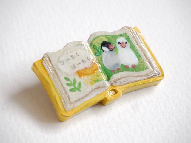 送料無料◆絵本みたいな陶土のブローチ《ぴーちく文鳥》